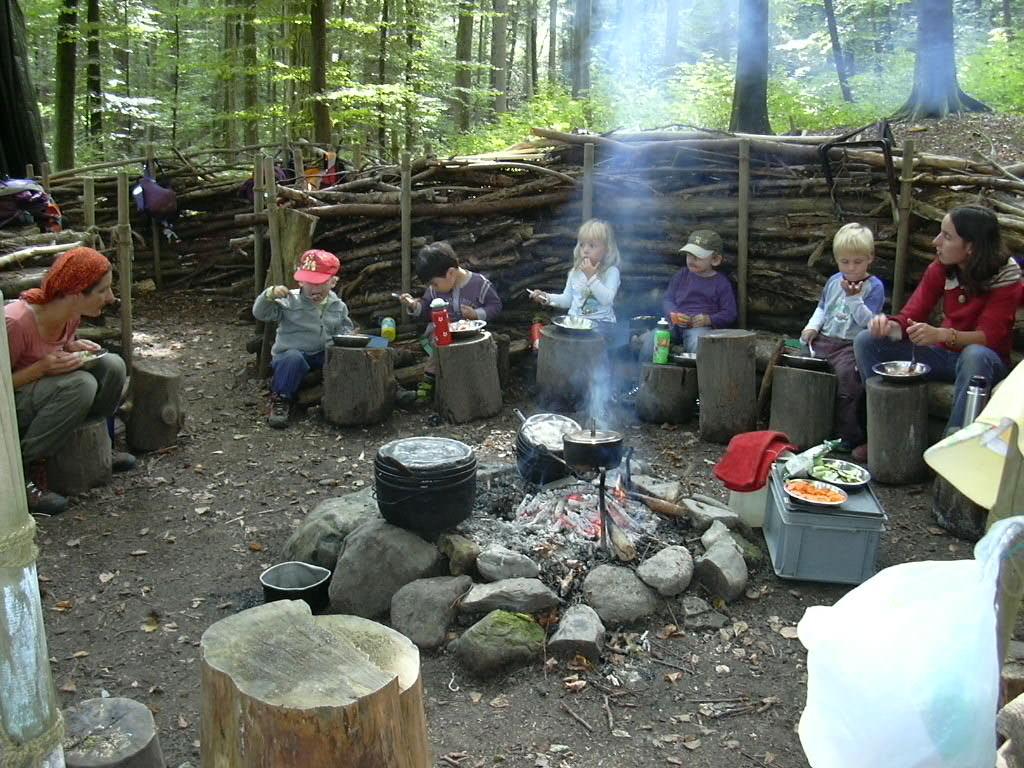 Die Waldsofas der Dusse Verusse Spielgruppen haben ein Feuerstelle in der Mitte, um das Mittagessen auf dem Feuer zu kochen.