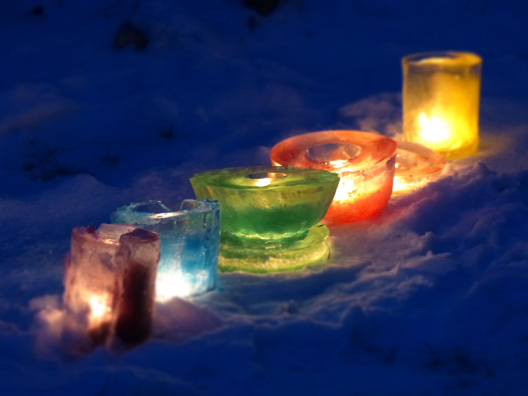 Eislaternen bei frostigen Temperaturen. Es sind magische Lichter, eine wunderbar einladende Atmosphäre, die bezaubernd aussieht.