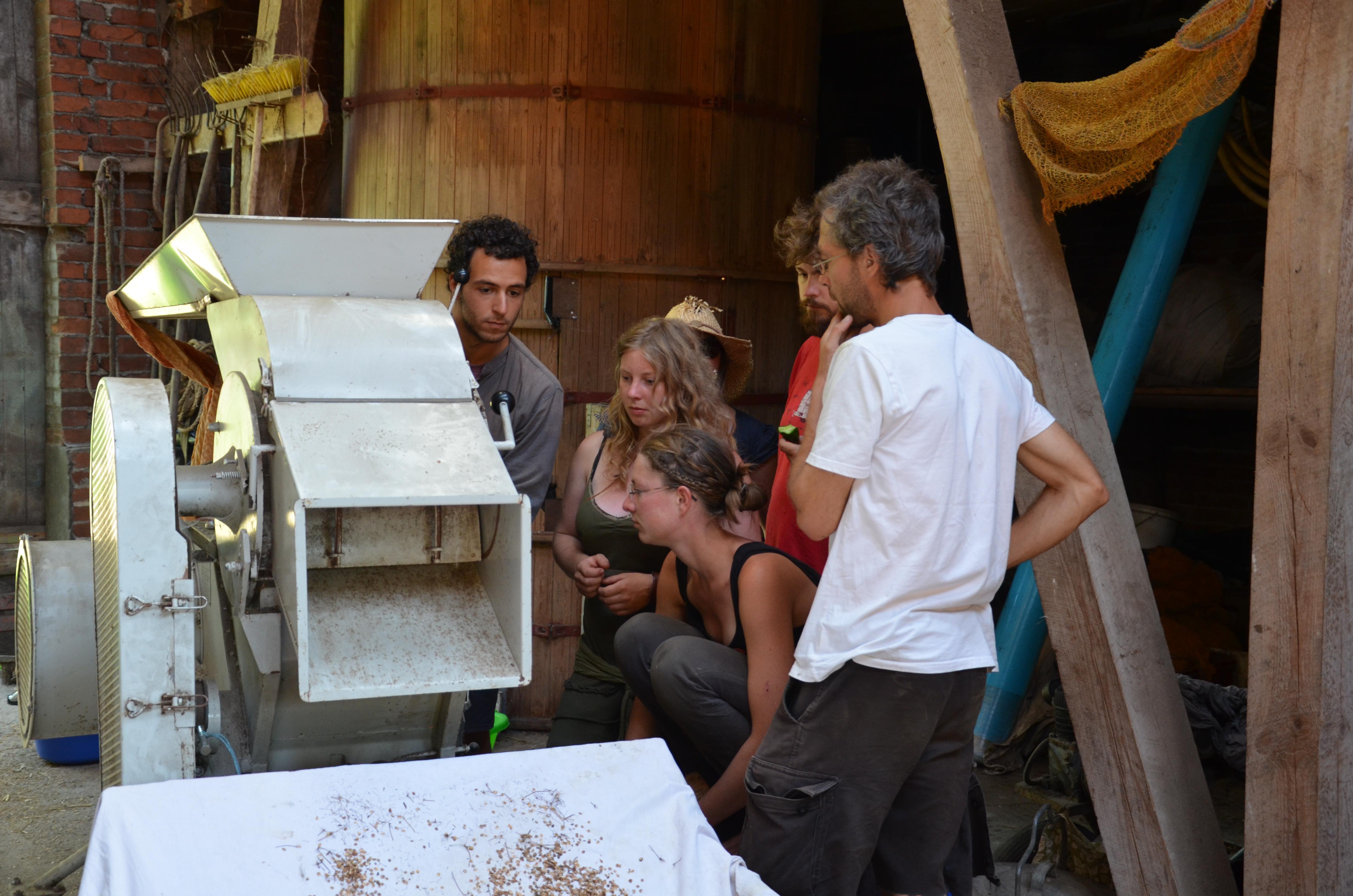 Angehende biodynamische Landwirte lernen in den Seminaren die verschiedenen landwirtschaftlichen Maschinen kennen, die auf den Demeter Höfen zum Einsatz kommen. Hier ist eine Maschine zur Saatgutreinigung zu sehen.