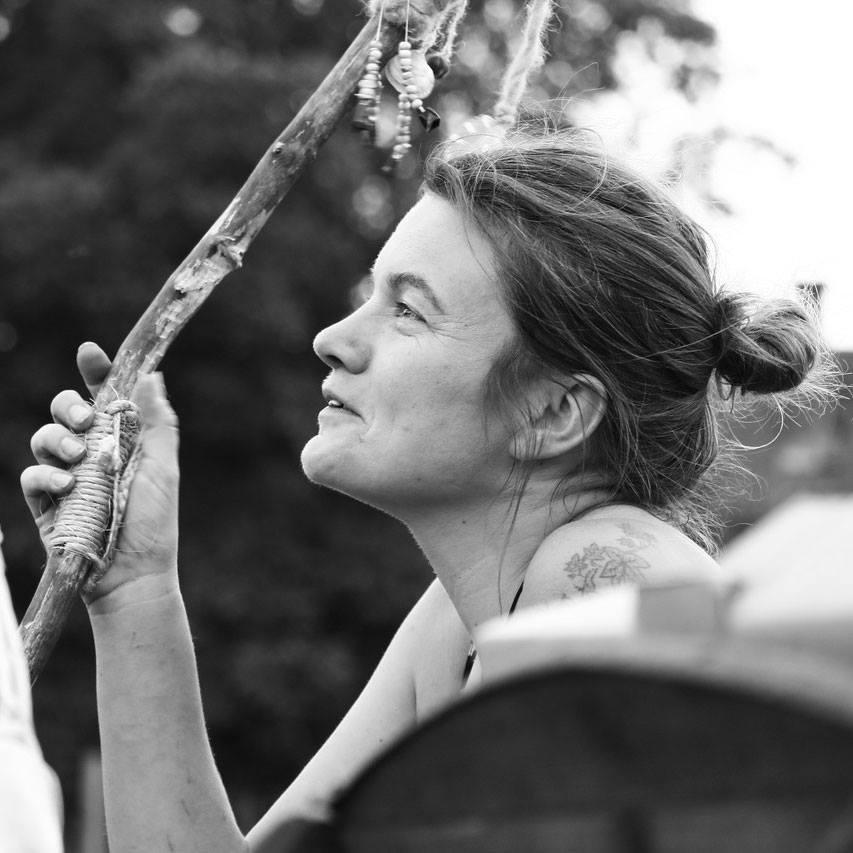Mutter zweier Teenager, Naturmentorin, Wildnistrainerin, Kräuterpädagogin und Friedenstifterin, gründete 2010 den SpielRaumNatur in Kärnten und ist seither an  Schulen mit Jahresprojekten im Friedenstiften, Naturmentoring für Kinder  und Jugendliche, Frauen- und Mädchenkreisen, sowie     Wildnisangeboten für Erwachsene tätig.