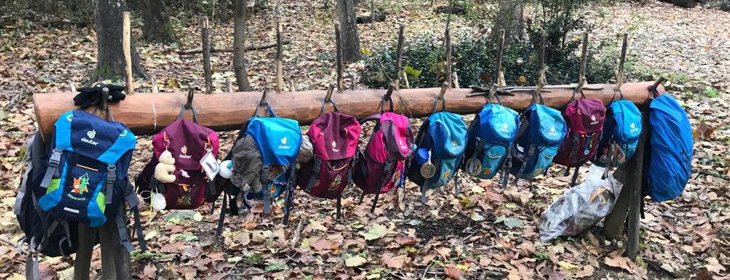 """So hängen die Rücksäcke in dem Kindergarten """"Traumplatz der Waldkinder"""", das sieht genauso aus, wie in dem Waldkindergarten Flensburg. Es sind ganz einfache Gemeinsamkeiten die beiden Waldkindergärten verbindet"""