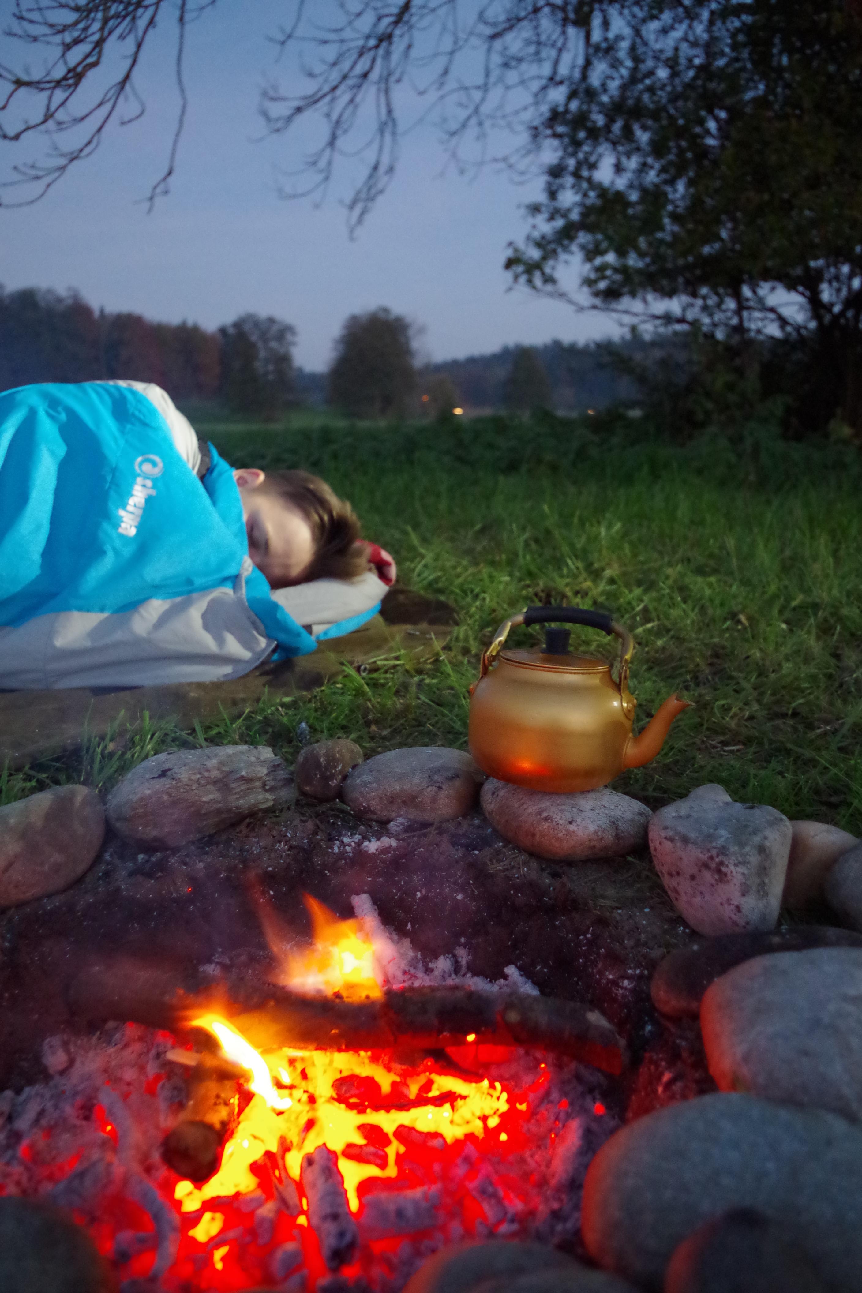 Es gibt unzählige richtige Schlafplätze. Mit einer Checkliste für den idealen Schlafplatz finden Anfänger, Fortgeschritten und Profis den Platz für eine Übernachtung im Freien.