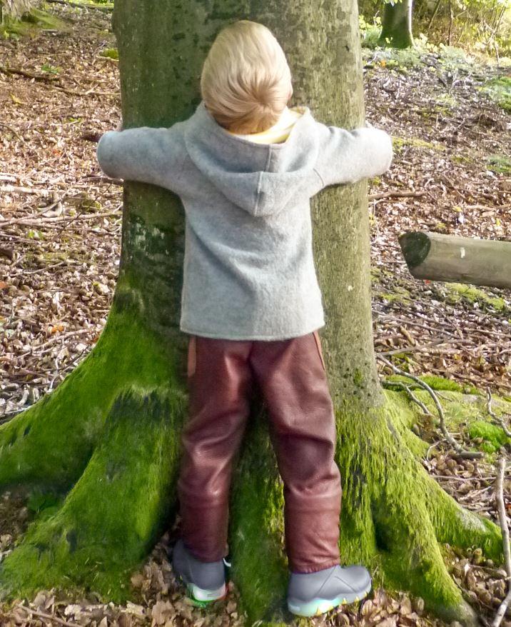 Spielen, bewegen und toben im Wald mit Bekleidung, die aus der Praxis für Waldkinder entstanden ist. Bei der grosszügigen Kapuze passt auch noch eine Kappe auf dem Kopf dazwischen.