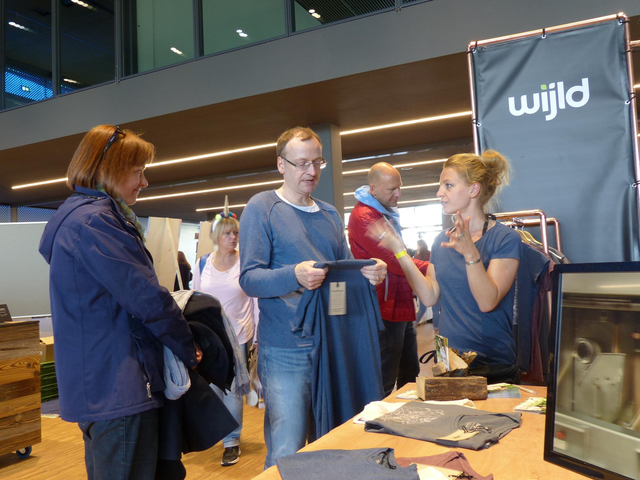 Mitgründerin Aline Hauck bei der Kundenberatung an ihrem Stand beim Flair Designmarkt in Konstanz