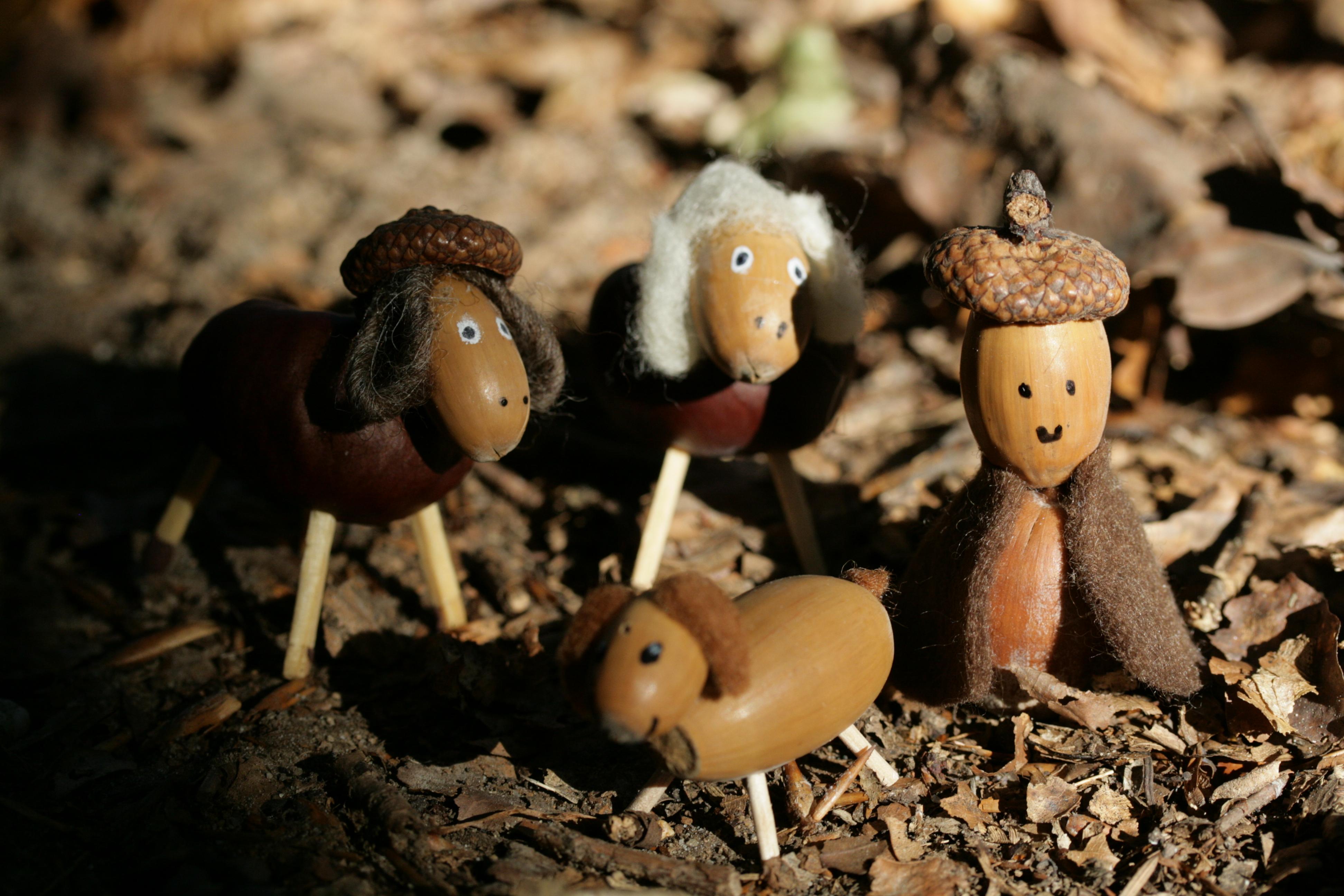 Die zauberhafte Welt der kleinen Wesen. Hier nachgebaut mit Eicheln. Die dazu einladen, die Puppenstube in den Wald zu verlegen.
