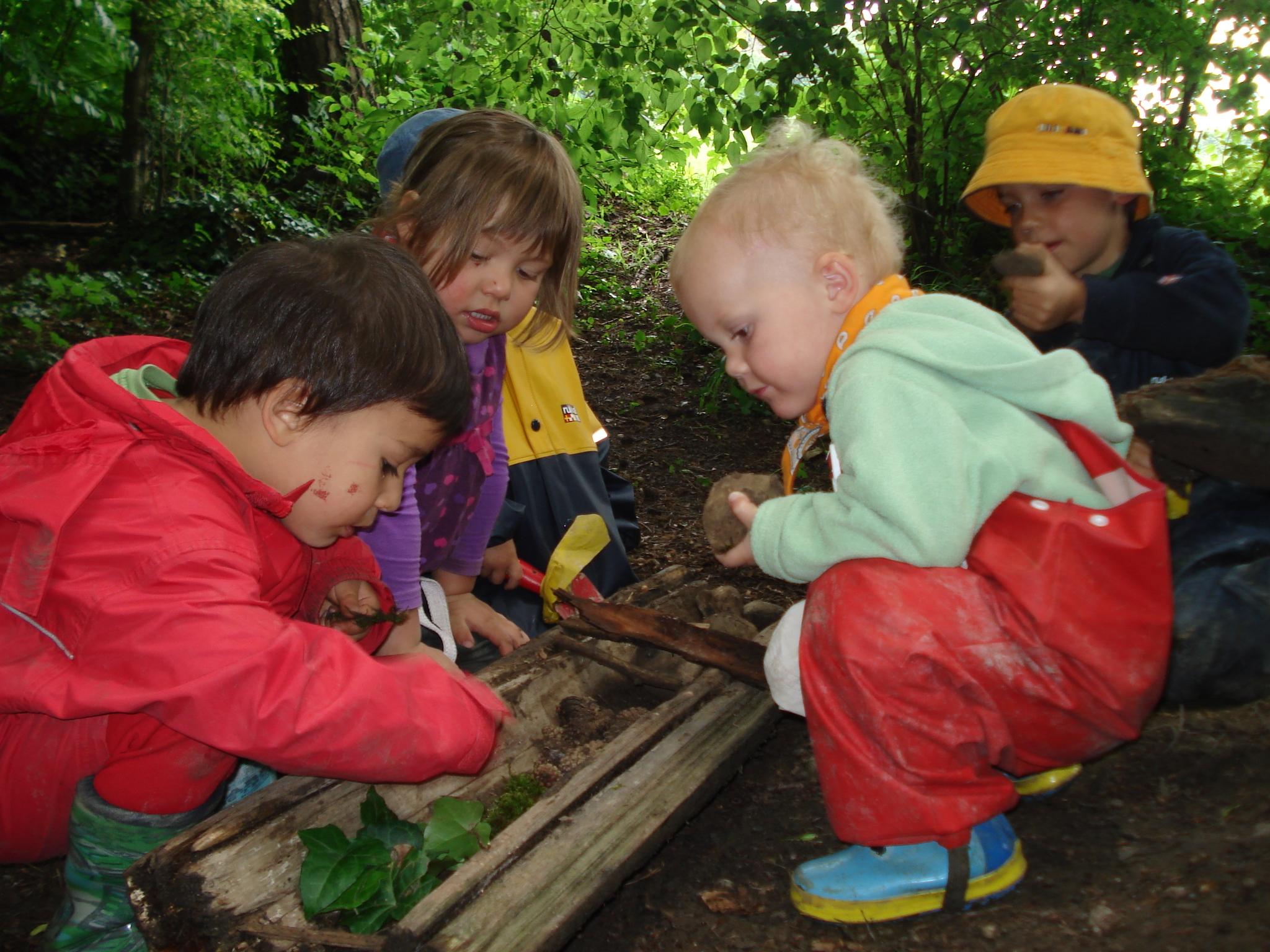 Kinder in den Waldspielgruppen sollen mit dem Material spielen, dass sie am Waldboden finden