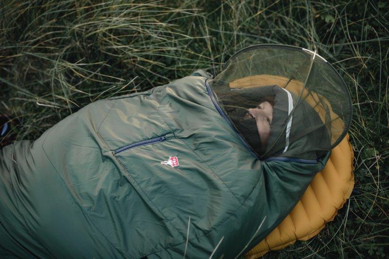 Damit lästige Stechmücken nicht stören, wurde ein 3D-Moskitonetz integriert. Der ideale Schlafsack für Naturliebhaber die gerne mal ohne Zelt am See oder am Fluss bei hoher Luftfeuchtigkeit übernachten.