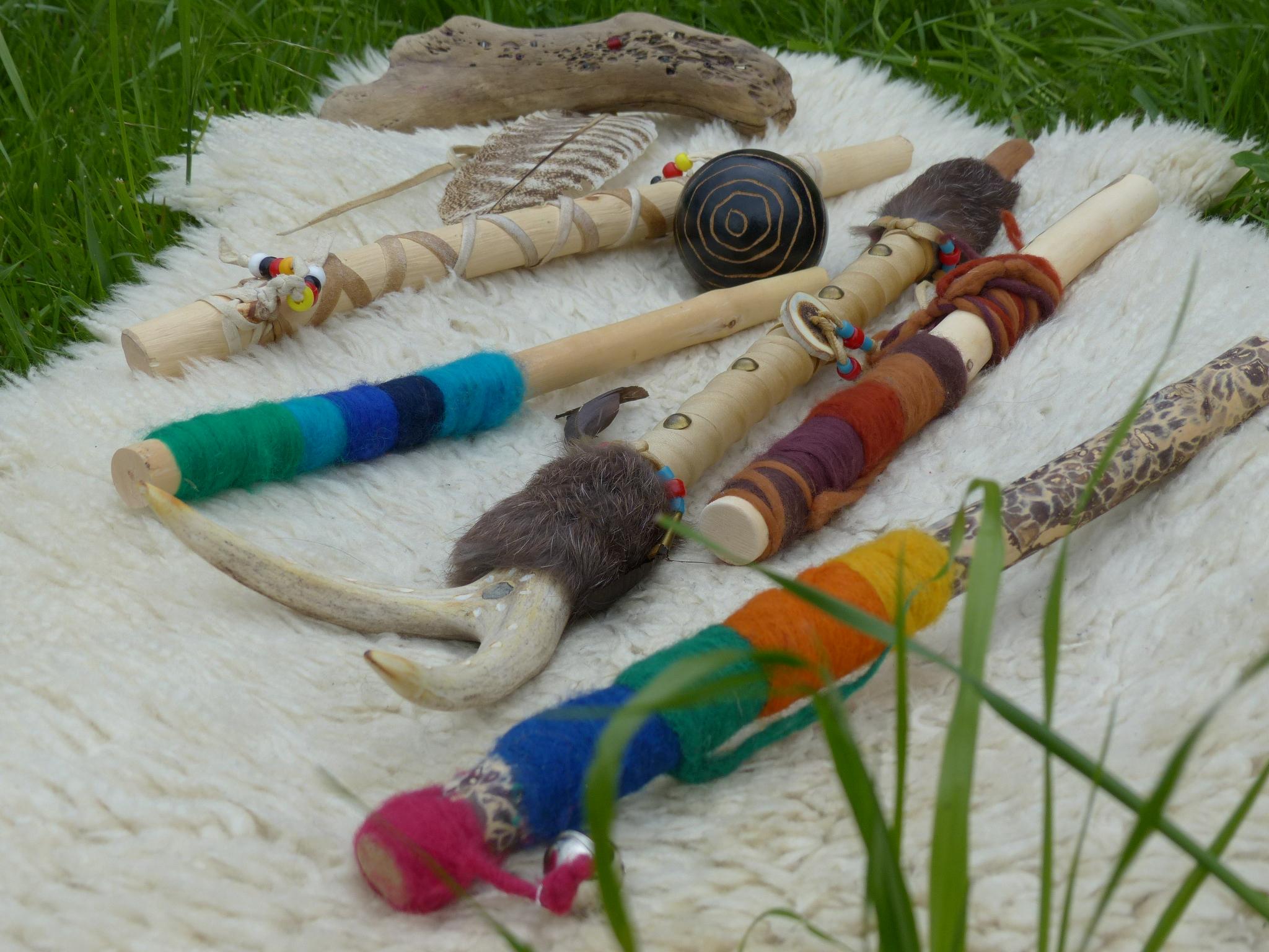 Christines Schatzkiste an verschiedenen selbstgestalteten Sprechstäbe mit Filzwolle, Fell, Leder, Knochen oder Perlen.