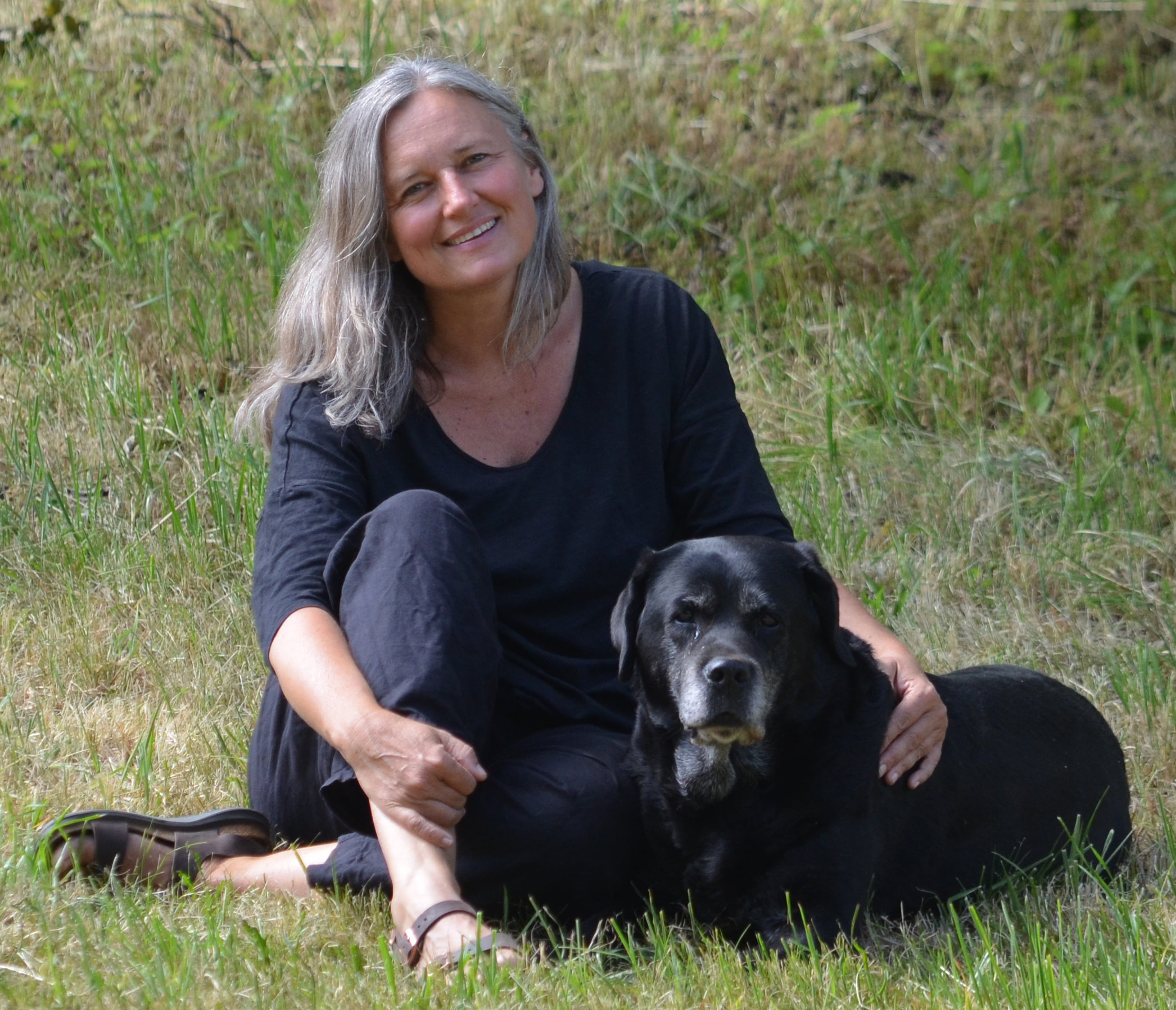 Sabine Simeoni ist Wald- und Wildnispädagogin, Naturmentorin,  Yogalehrerin, Autorin und ausgebildet in traditioneller Phytotherapie.  Ihre Vision ist es, Menschen durch einfühlsames Begleiten in ihren  persönlichen Fähigkeiten zu stärken und ihre Beziehung zur Natur  nachhaltig zu vertiefen.