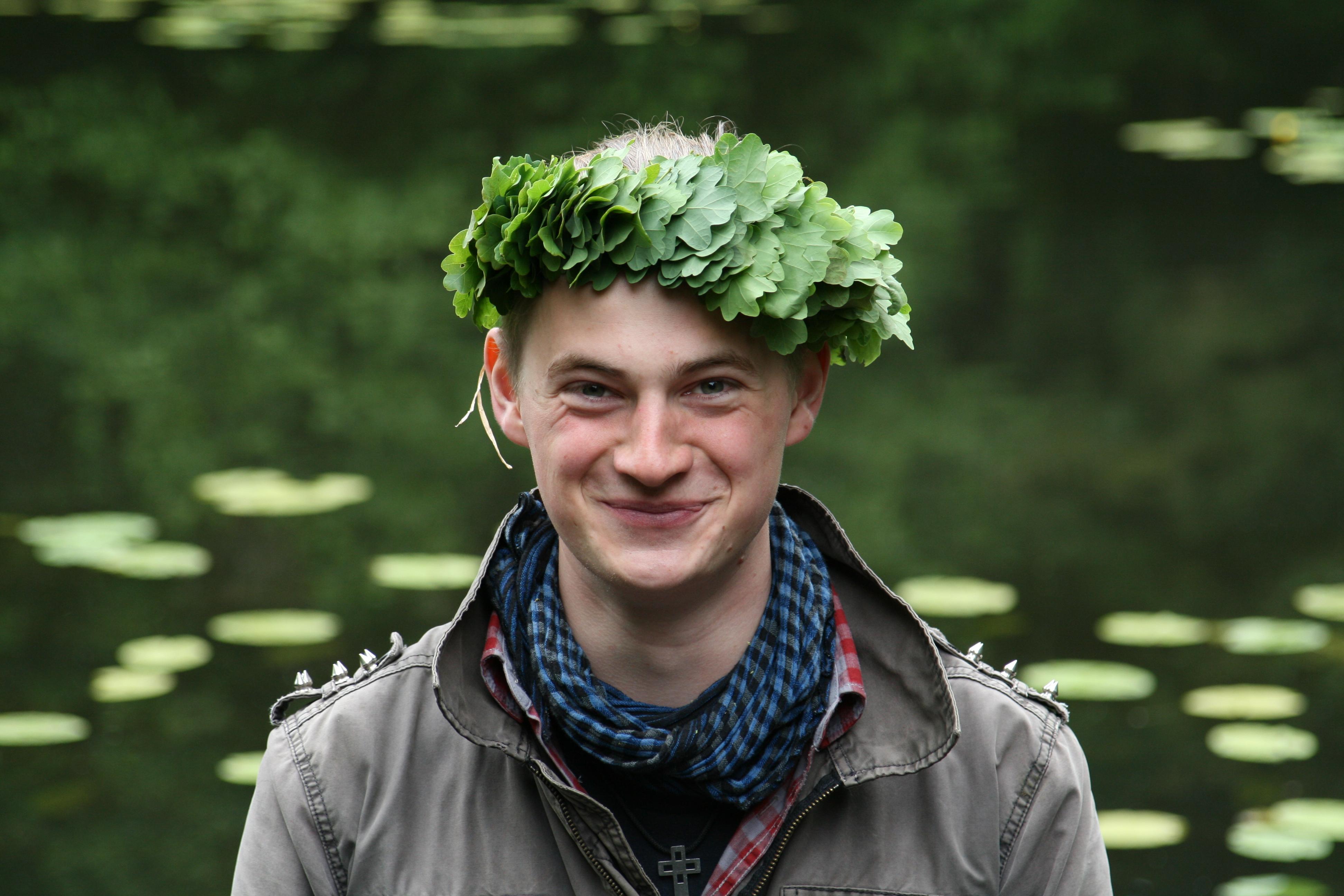 In Lettland feiert man wie in Schweden, das Mittsommerfest. Frauen und Mädchen schmücken sich mit Blütenkränzen, während Jungen und Männer üppige Kronen aus Eichenblättern tragen.