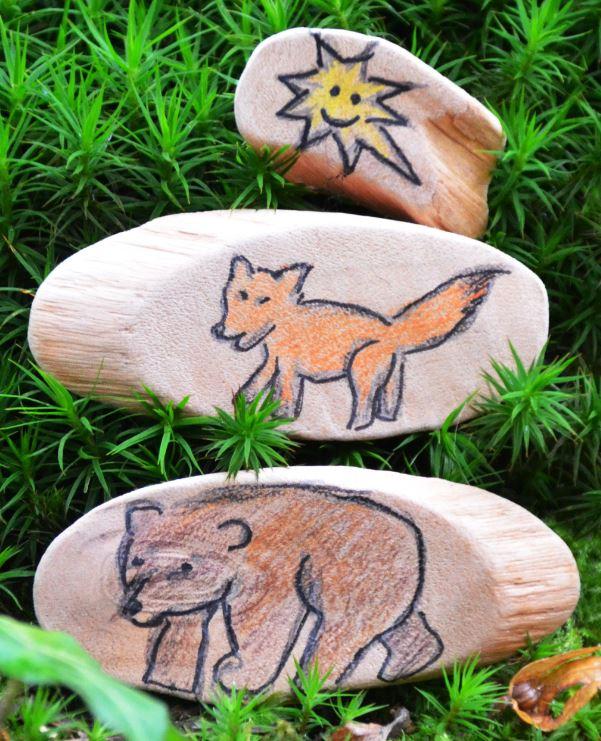 """Erzählsteine aus der Geschichte """"Vom Fuchs und dem Dachs"""", als zum Schluss der Bär und der Fuchs den Stern wieder an seinen richtigen Platz im Himmel zurückbringen"""