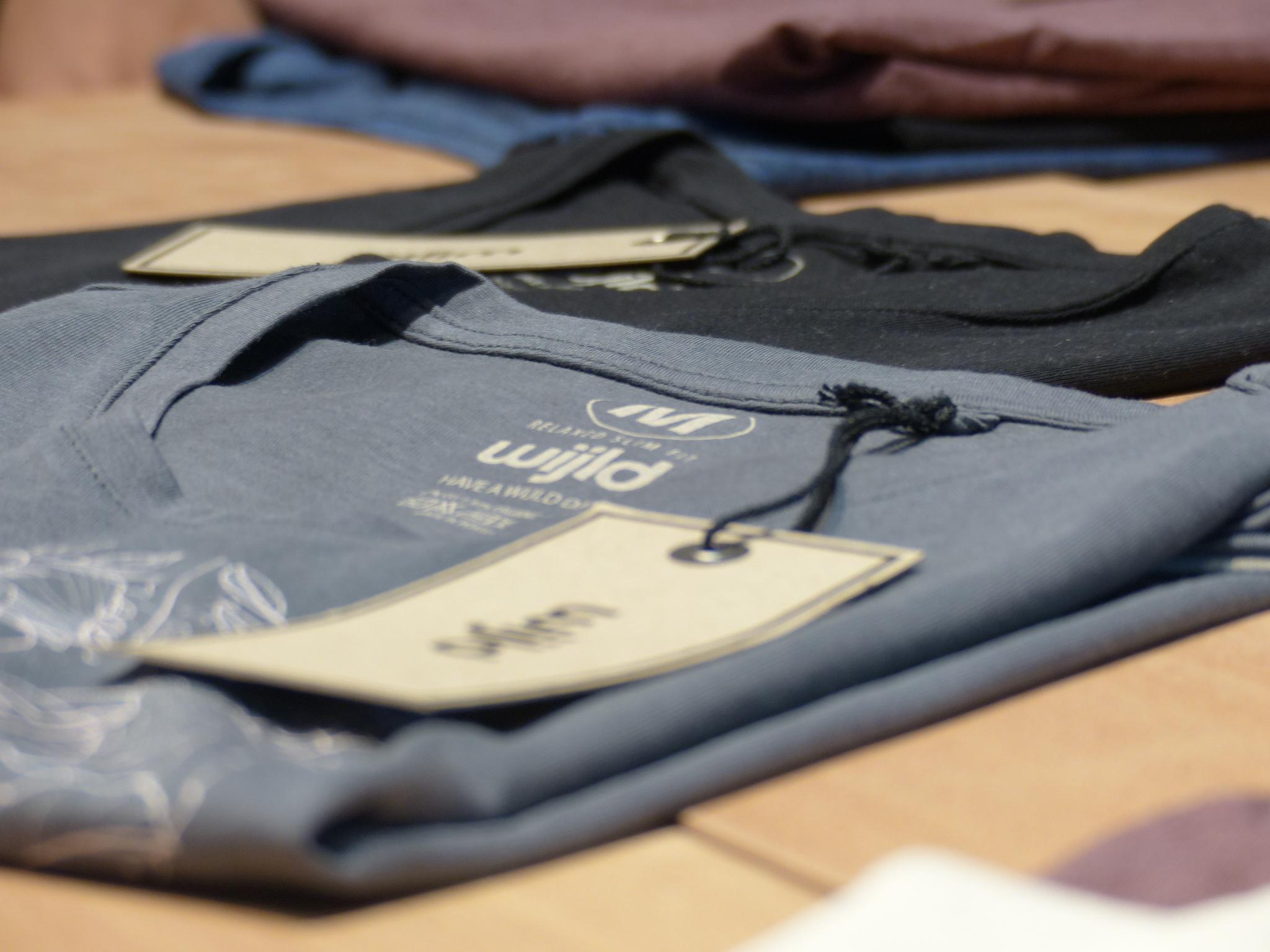 Das «WoodShirt» ist ein Basic T-Shirt aus 67% Holz und 33% Bio Baumwolle. Es wird in verschiedenen Grössen und Farben für Frauen, Männer und Kinder konfektioniert.