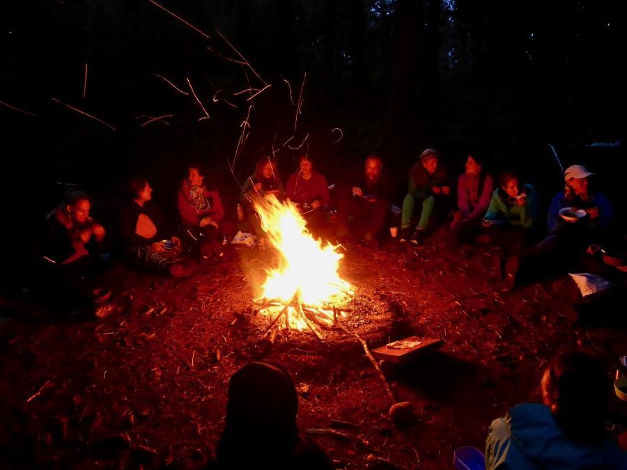 Erzählrunden am Feuer in der Weiterbildung «Meisterschaft Naturpädagogik», dort entdecken die Teilnehmer spielerisch, kreativ und gestaltend die Naturdidaktik und -methodik