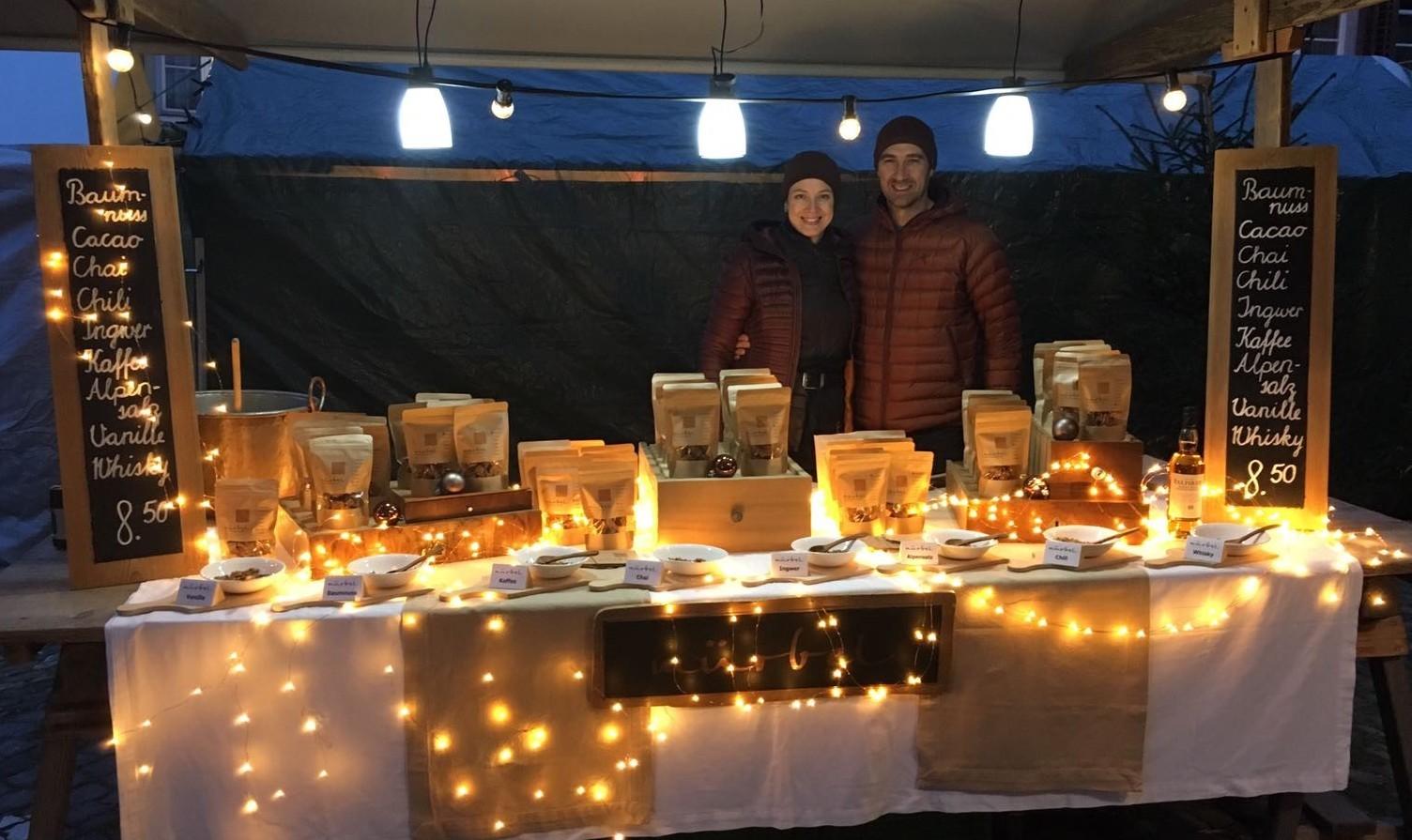 Barbara und Niels Meijerink mit ihrem karamellbraunen Stand an den Märkten. Einladend darf der Besucher von den verschiedenen Geschmacksrichtungen des Milchkaramells probieren.