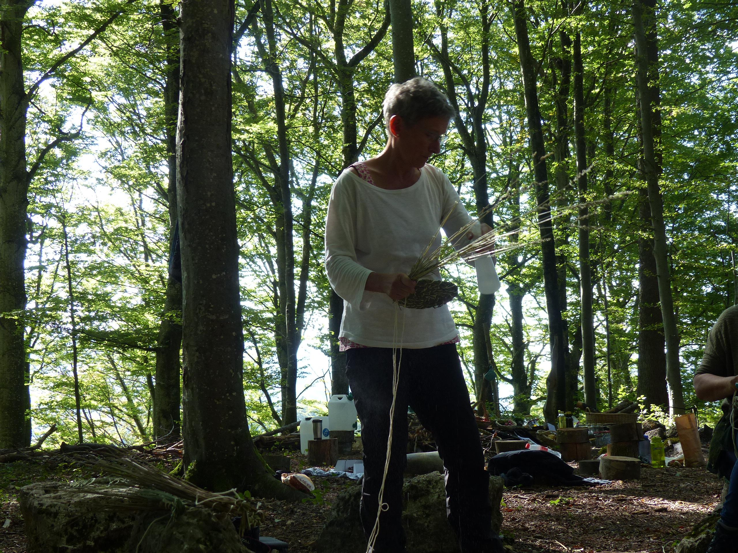 """In einer kleinen Oase in der Natur im schönen Homburgerland auf dem Kräuterhof """"arsnaturalis"""" in Wisen findet das Projekt """"Graskorb nähen"""" statt."""