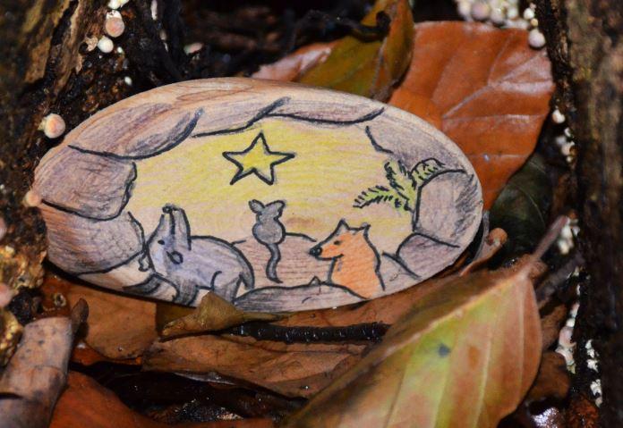 Selbst bemalte Erzählsteine von Anne Strutz. Hier die Geschichte vom Fuchs und Dachs