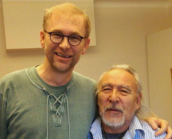 Gerald Ehegartner mit Angaangaq im Gespräch in Salzburg/Österreich