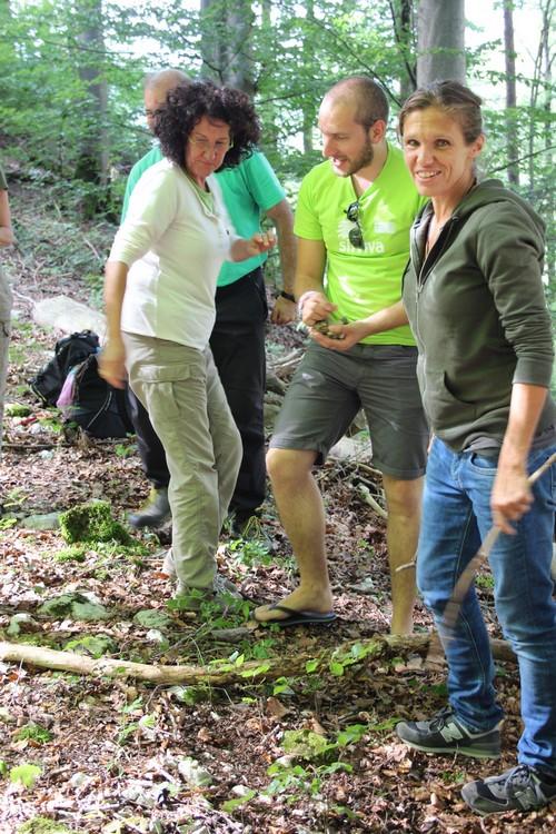 Sinnliche Erfahrungen in der Natur unterstützen in den Workshops die Interaktion und den Austausch der Teilnehmenden.                    Expériences sensorielles dans la nature soutiennent à l'interaction et l'échange des participants dans les workshops.