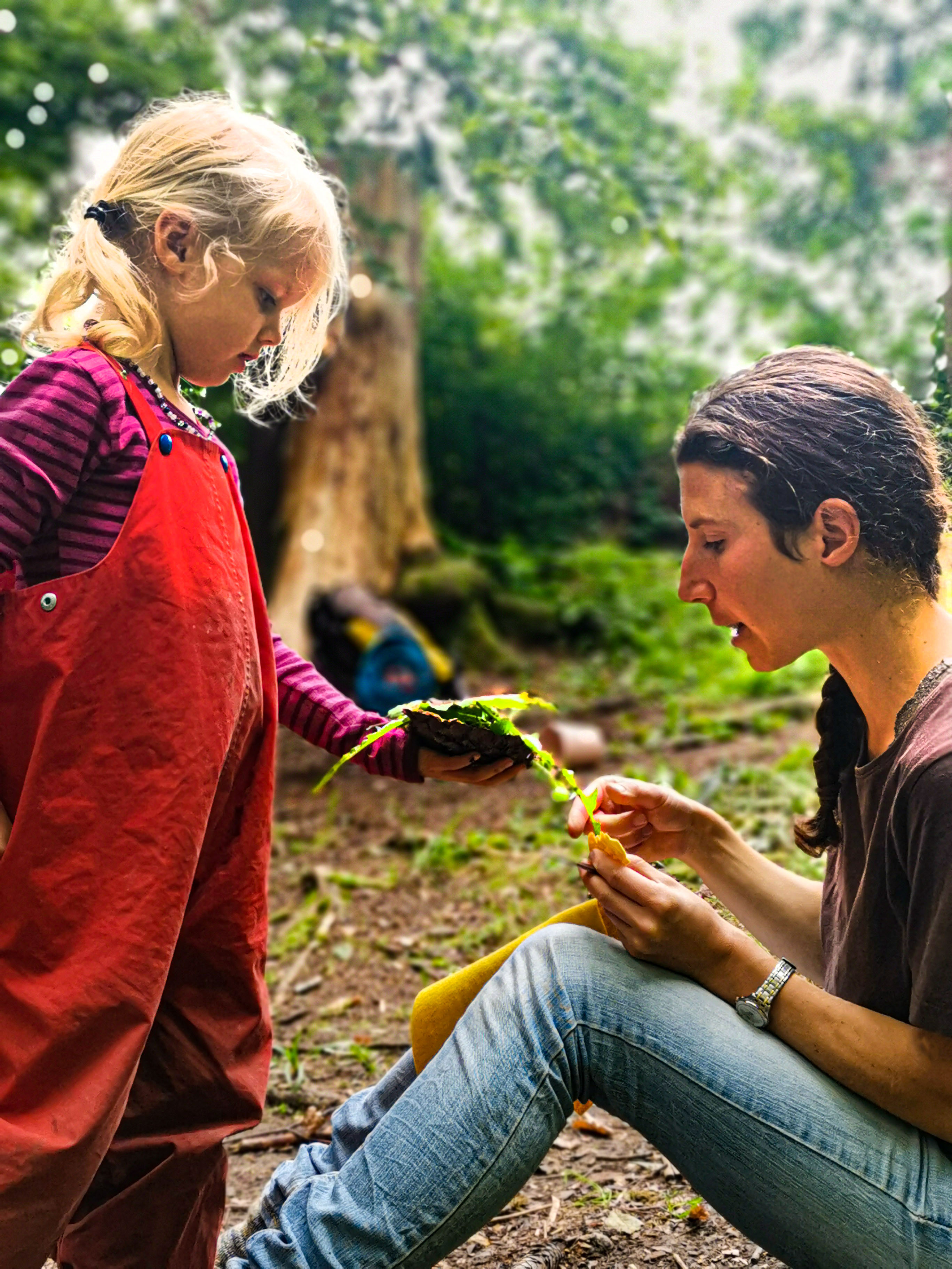Die Wurzeln des Geschichten Hörens liegen in der Kindheit. In der Fantasiewelt als Kind werden alle Gegenstände beleben. In den Geschichten, die sie hören werden die Gegenstände auch lebendig. Steine konnten sprechen. Tiere und Bäume konnten beraten und helfen. Wesen aus Anderswelten tauchten als Helferfiguren auf. Kinder spüren die Botschaften von Geschichten. Die Geschichte erzählt ihnen von Lebensthemen, von Not und von Lösungswegen. Das Kind fühlt sich in der Geschichte gespiegelt.