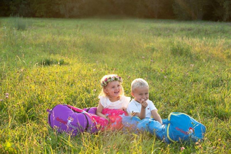 Der Biopod Wolle Kids World Traveller ist leicht und klein im Packmaß.  Nach einem Wachstumsschub ihres Kindes lässt sich das Fußende ganz  einfach verlängern. So passt der Kinderschlafsack bei einer Körpergröße  von 100 bis 155cm und ist somit eine langfristige Investition, die sich  lohnt. Der Schlafsack ist raschelfrei und das weiche Innenmaterial  verleiht dem Kids World Traveller einen hohen Kuschelfaktor.