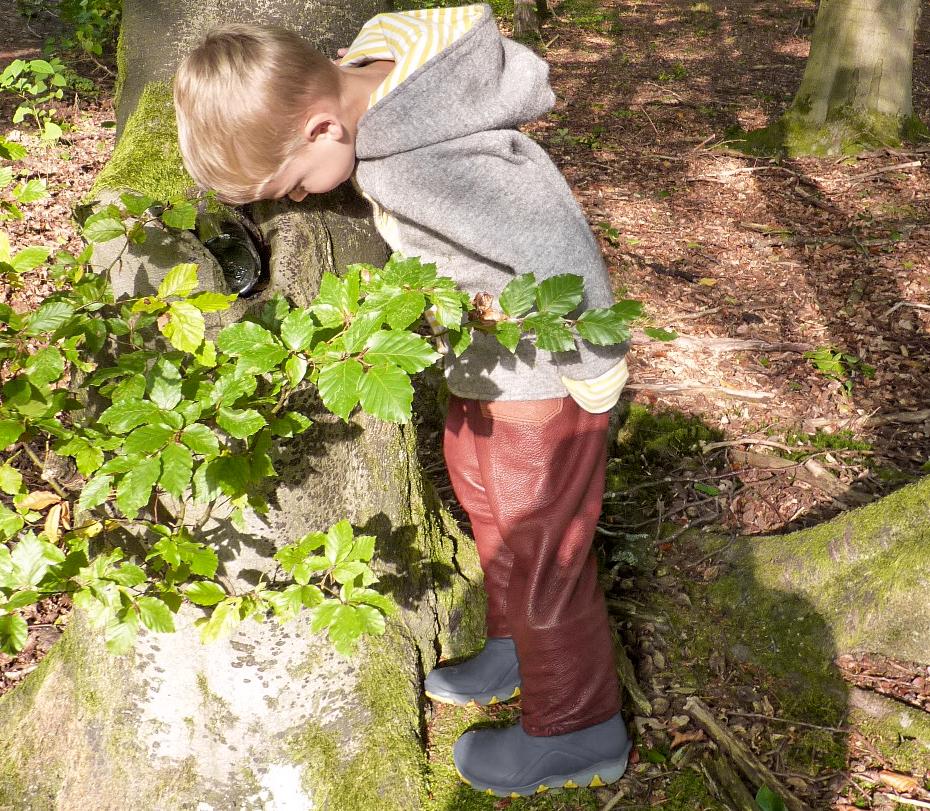 Im Frühling und im Herbst ist die Kombination aus Buddelbux und Walkjacke der perfekte Begleiter für ein Waldkind. Im Winter gibt es ergänzend eine Walkhose unter die Lederhose.
