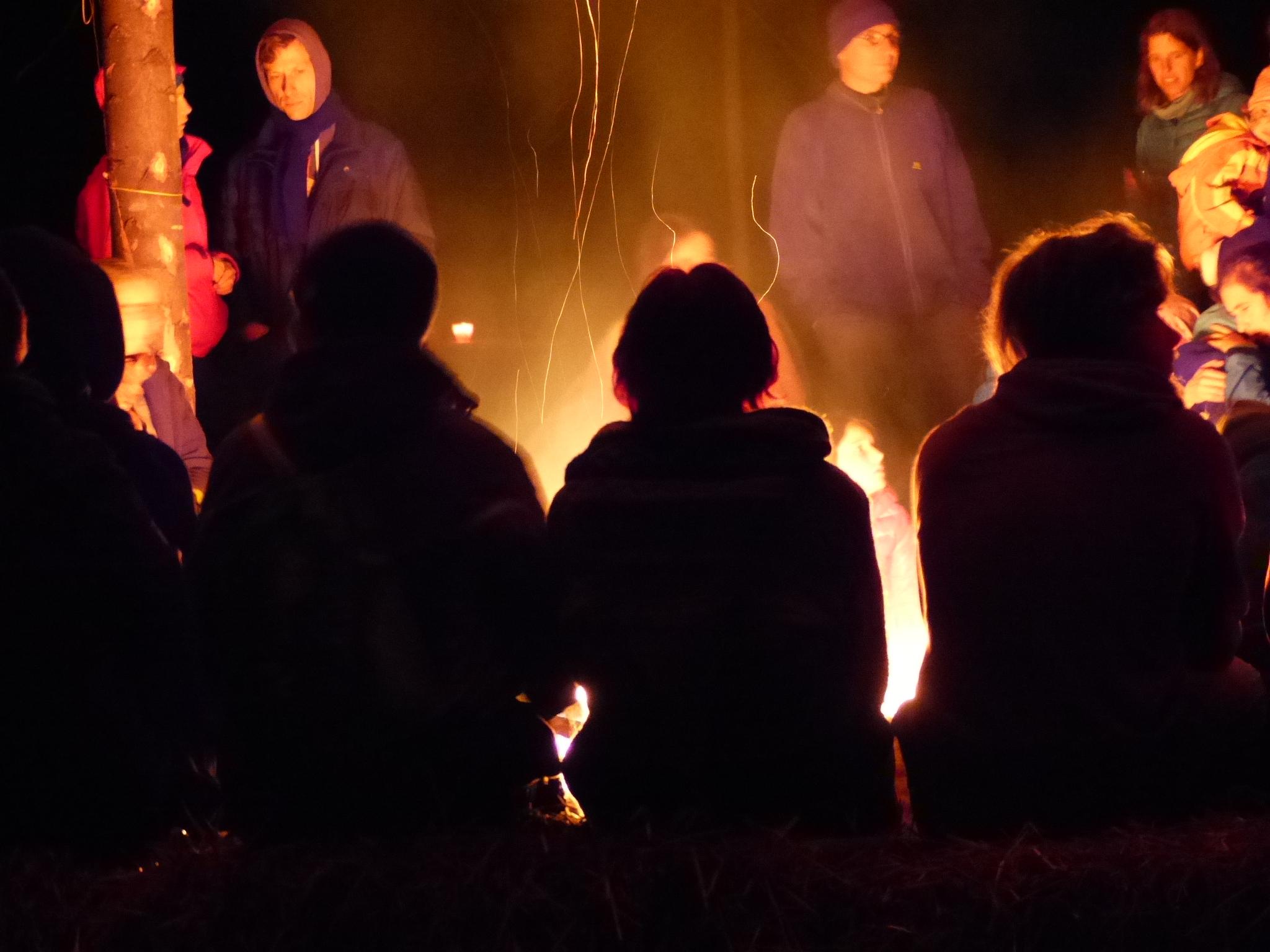 Das Knistern des Feuer im Kreis sitzend ist eine wunderbare Atmosphäre und ist gemütlich und herzberührend.