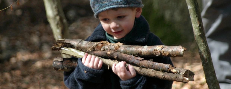 Das Spiel mit dem Stock ist für das Kind eine symbolische Zeitreise und der Zugang zur Natur