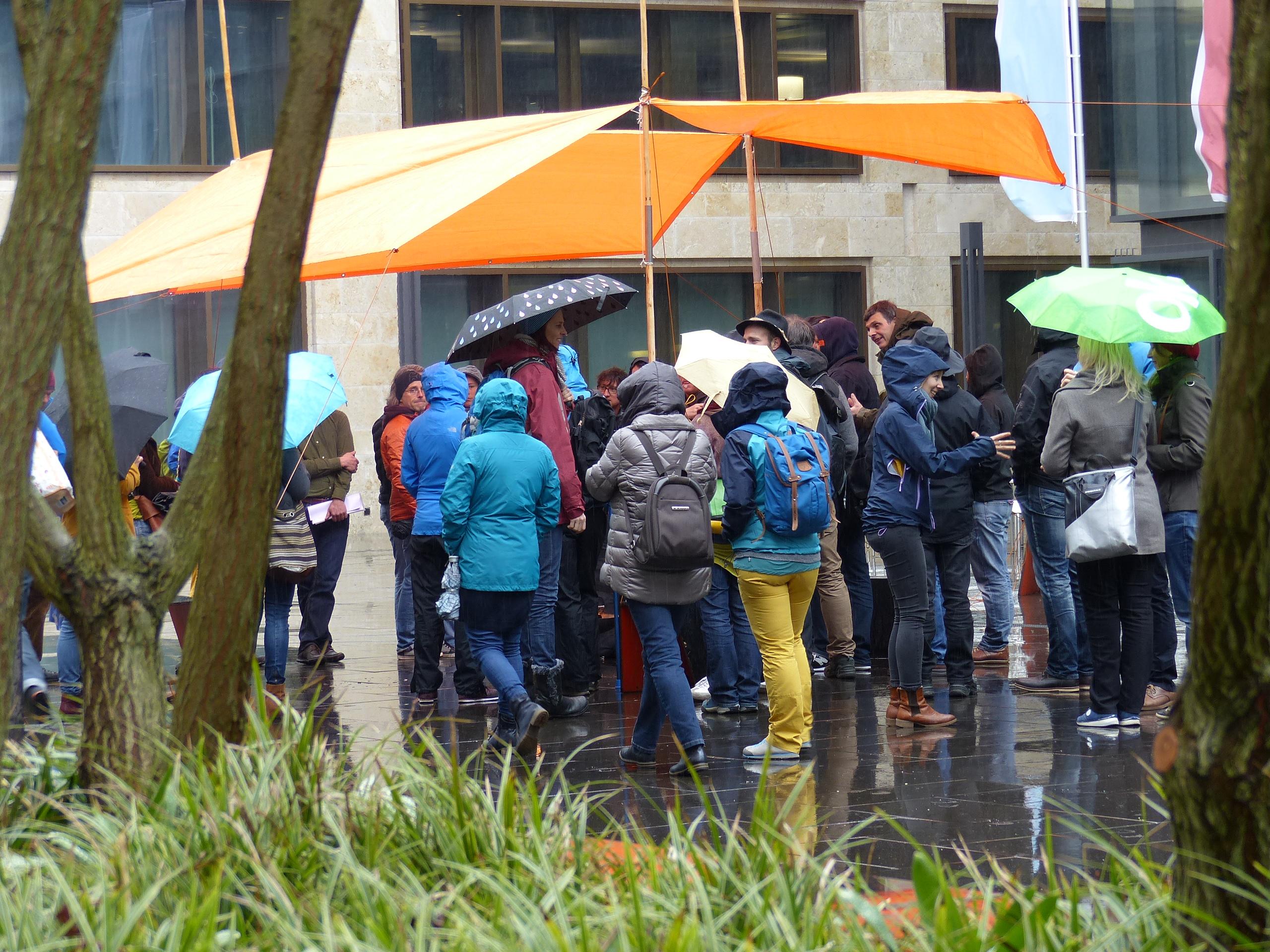 Mit wetterfester Überzeugung trafen sich die Teilnehmer zum 10-jährigen Jubiläum auf dem Campus der PH Zürich