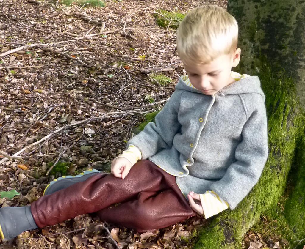Hier zu sehen die Buddelbux und die Robin Hood Walkjacke. Der bequeme Schnitt der Hose gibt uneingeschränkte Bewegungsfreiheit . Durch den Gummizug an den Beinen und am Bund mit einer zusätzlichen Kordel ist sie verstellbar und kann mitwachsen