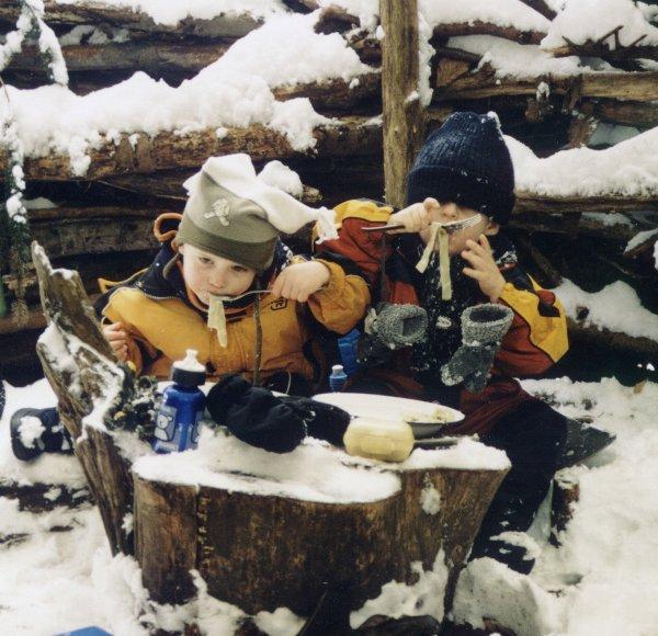 Gekochte warme Mahlzeiten über dem offenen Feuer geben im Winter einen warmen Bauch
