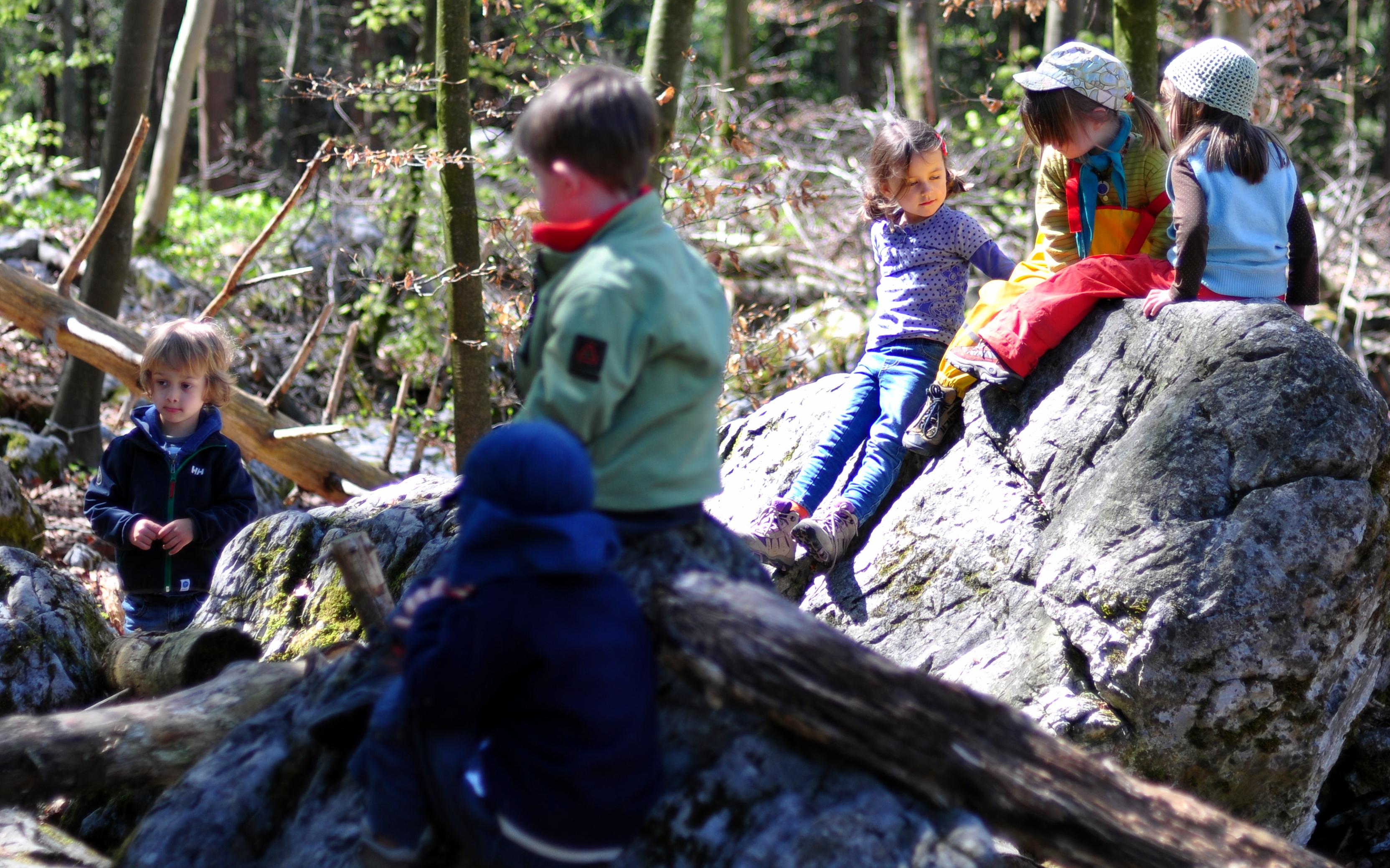 Freies gemeinsames Spiel in der Natur fördert die Vorstellungskraft, Unabhängigkeit und Kreativität der Kinder