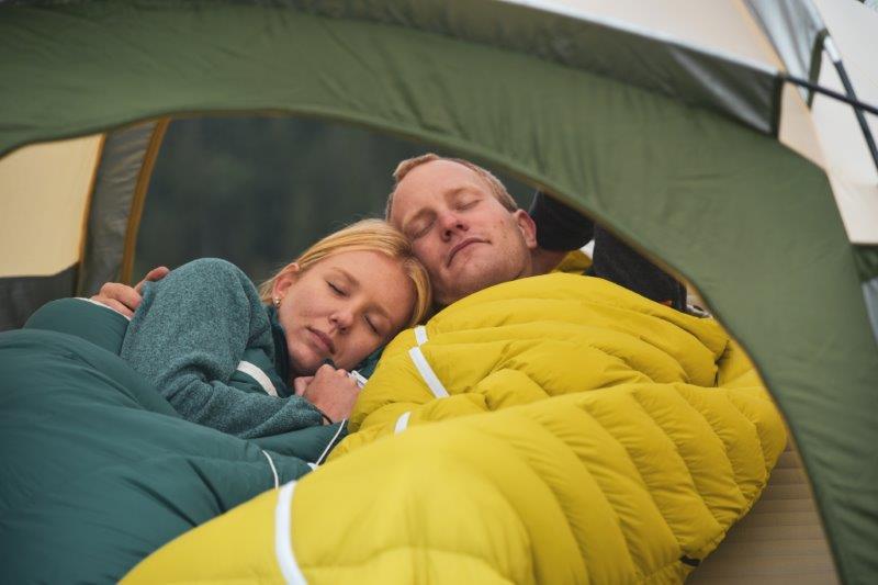 Grüezi Bag füllt seineBiopd-Serie zusätzlich mit Wolle. Die Almwolle  reguliert die Feuchtigkeit im Schlafsack und wärmt zusätzlich.