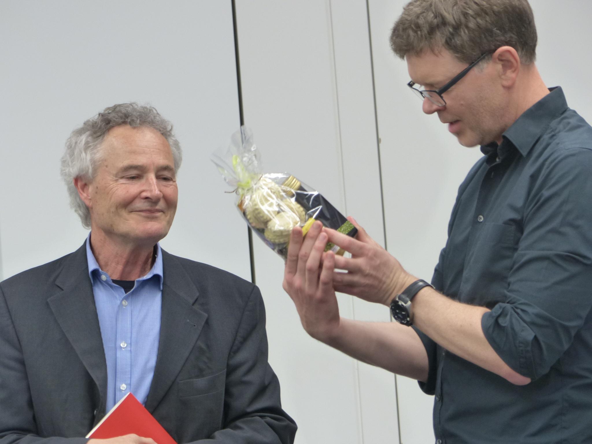 Tobias Kamer, Präsident von ERBINAT bedankt sich mit einem Geschenk bei                   Jean-Bernard Bächtiger für seinen charmant amüsanten Beitrag über Bildung und Wissenschaft