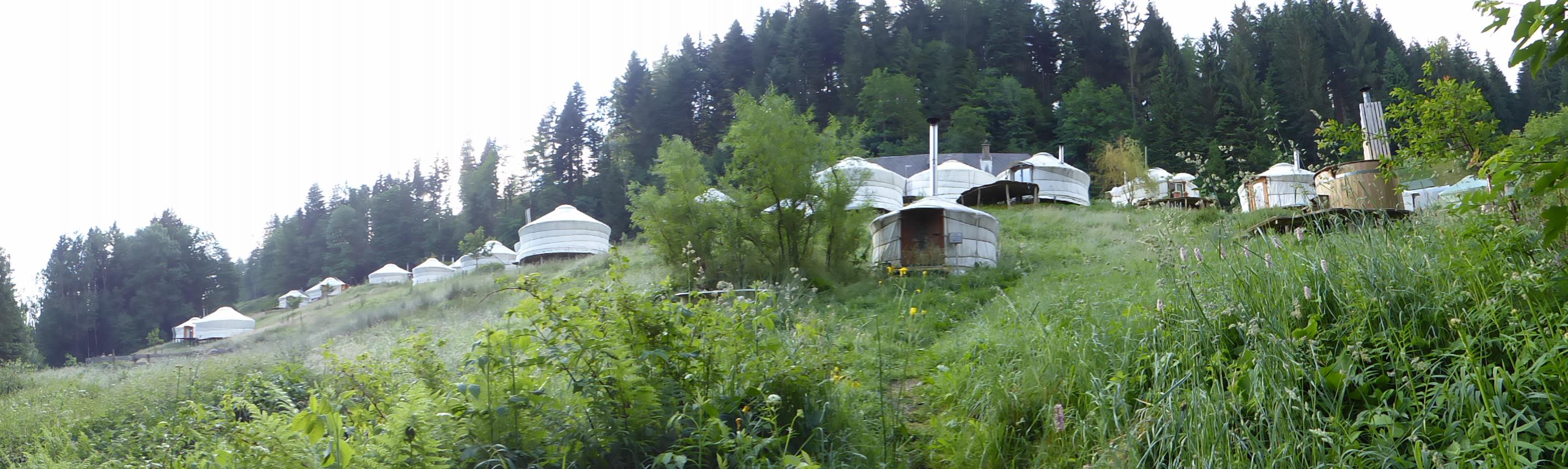 Das Jurtendorf in Luthern Bad. Wenige Fussminuten vom Ort gelangt man in das Seitental in dem das terrassenförmig angelegte Dorf in der Nähe vom Napf liegt.