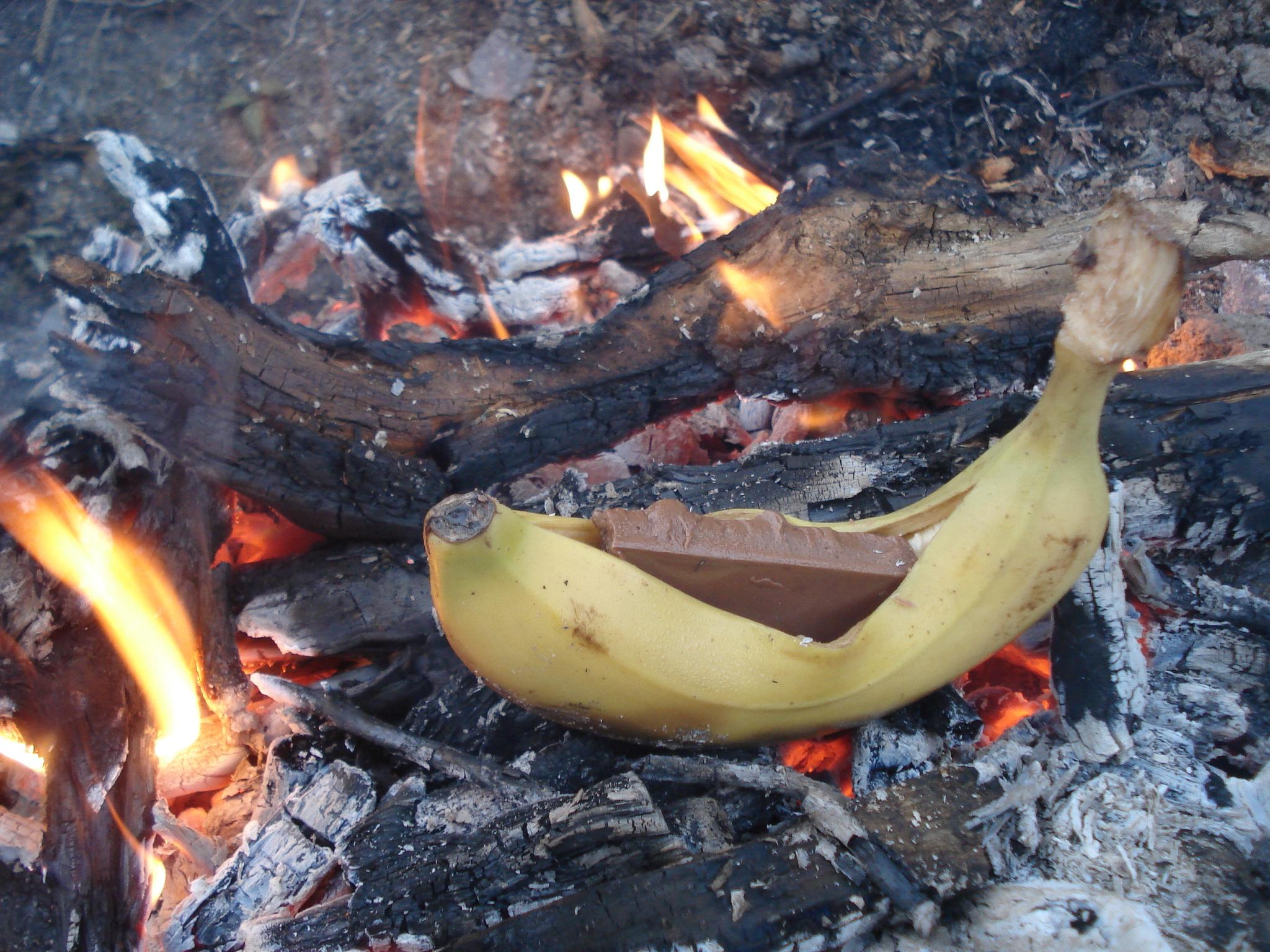 Tipp aus Infothek Waldkinder Redaktion: Die Schocki Banane geht auch ohne Alufolie, in dem die Frucht direkt mit ihrer Schale in die Glut gelegt wird.