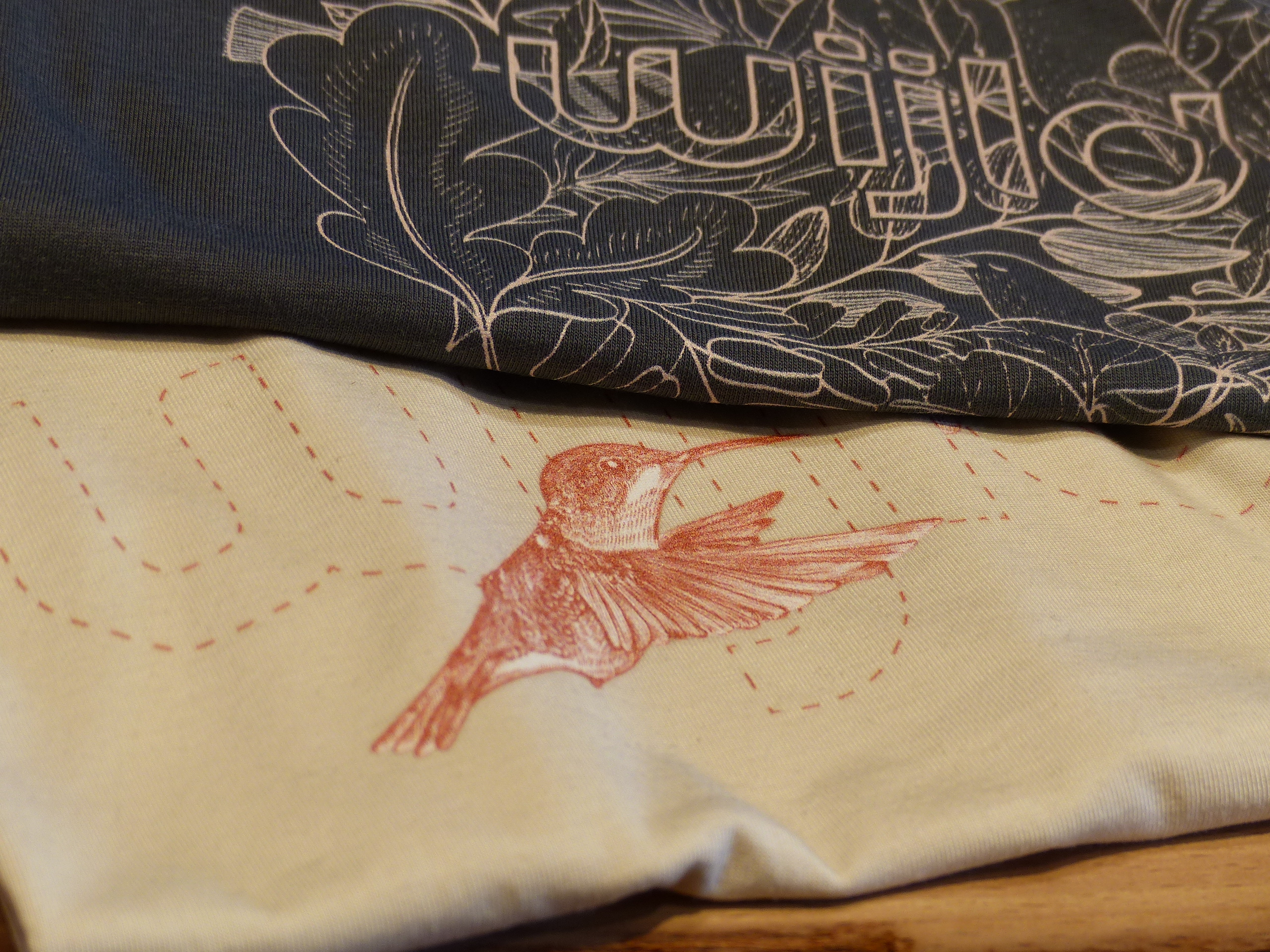 «wijld» arbeitet mit einem grenzüberschreitenden Künstlernetzwerk zusammen. Diese Künstler erstellen die kreativen Drucke für die T-Shirt, die auf Nachfrage produziert werden. Mit diesem Credo wollen die Macher der Anonymität der Massenware entgegenwirken.