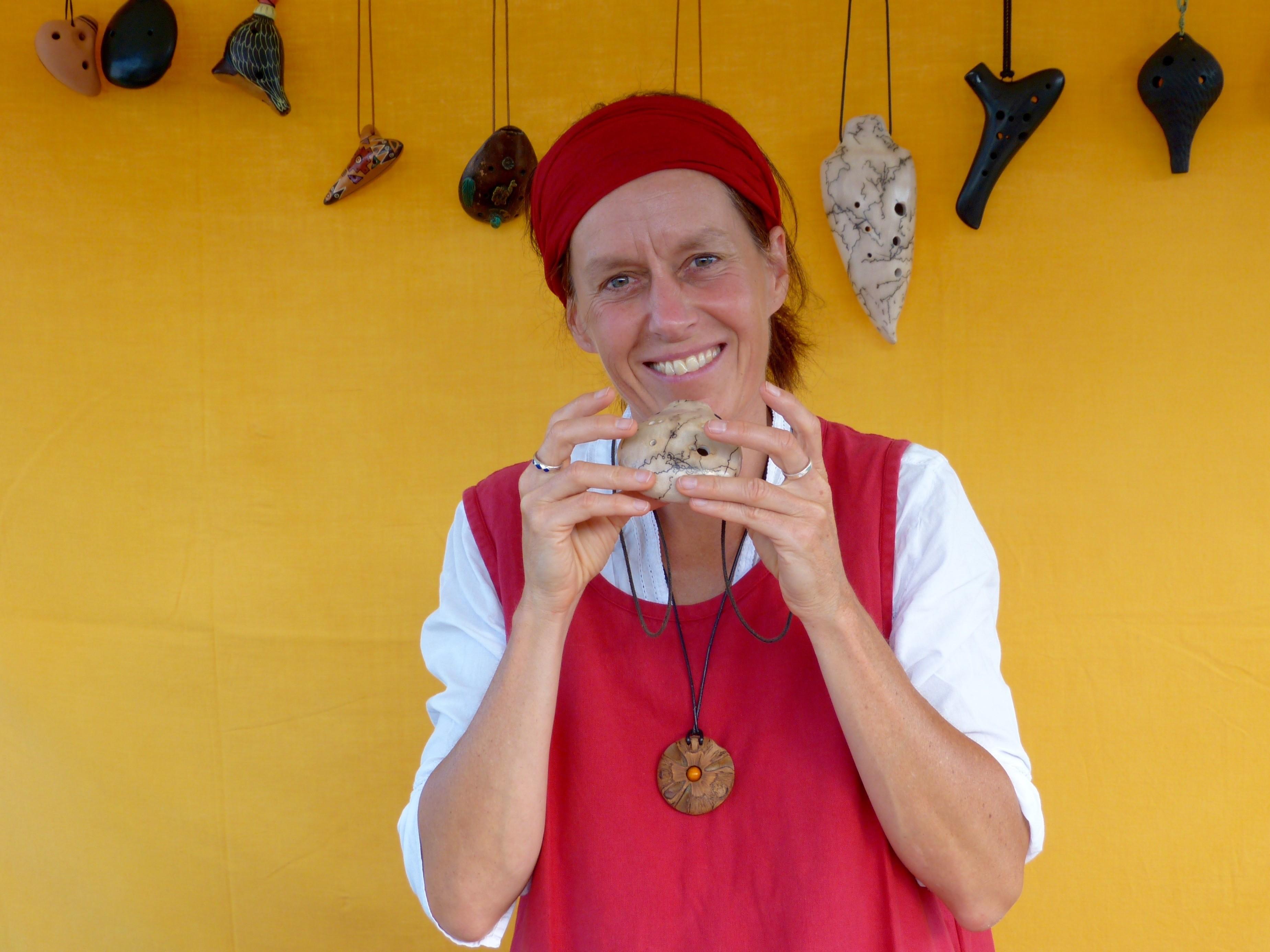 Bis zum Sommer ist Jasmina Meier für ihr ganz persönliches Herzensprojekt, in Aswan, in Südägypten, unterwegs. Bis dahin werden sich alle Liebhaber der Okarina gedulden, um sie dann wieder auf den Märkten oder in ihrem Atelier anzutreffen. In der Zwischenzeit erfüllt ihre Okarinafee, die Herzenswünsche ihrer Kunden vor Ort in der Schweiz und berät sie.