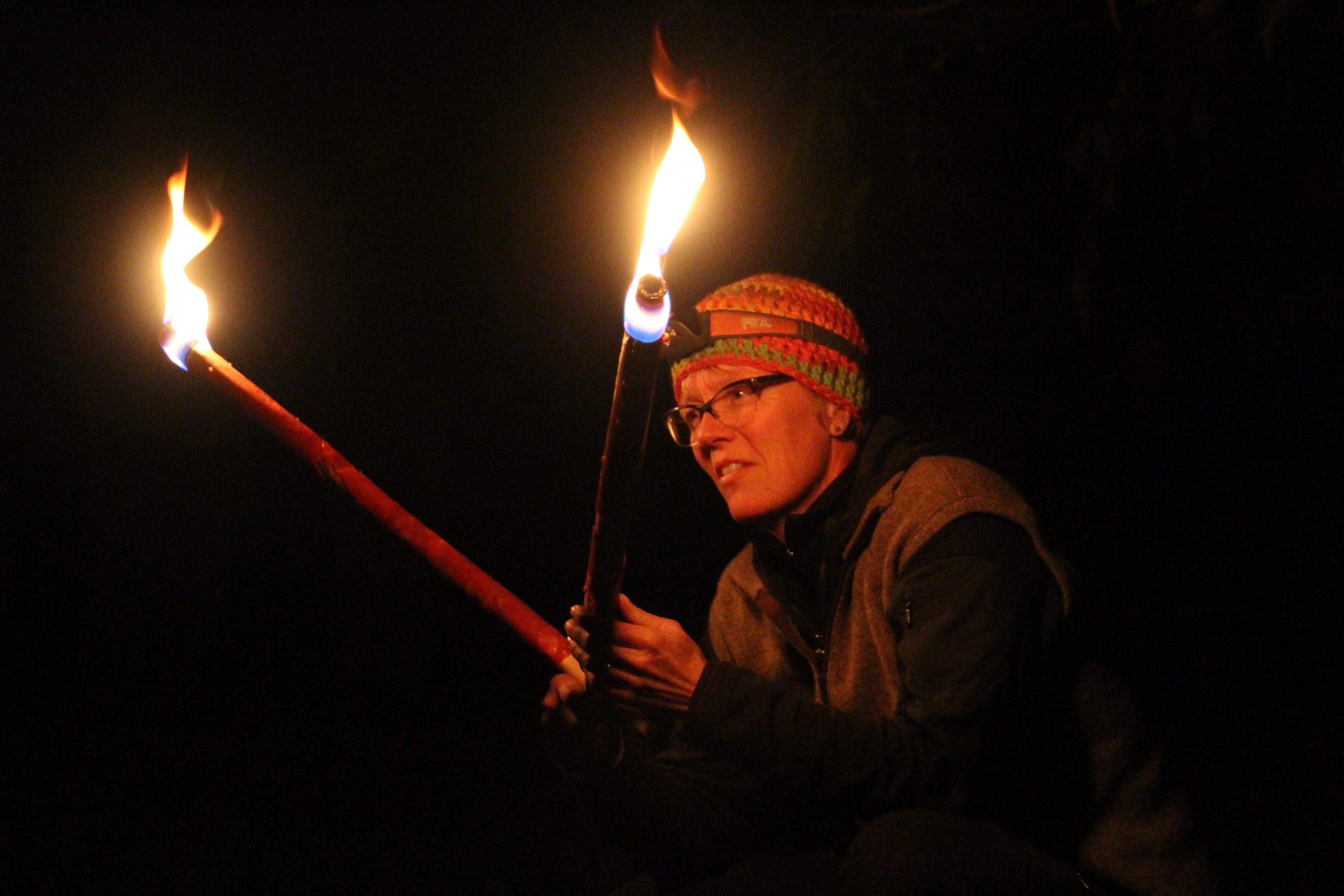 Zwei Fackeln leuchteten auf im Dunkeln und entzündeten den schwebenden Feuervogel